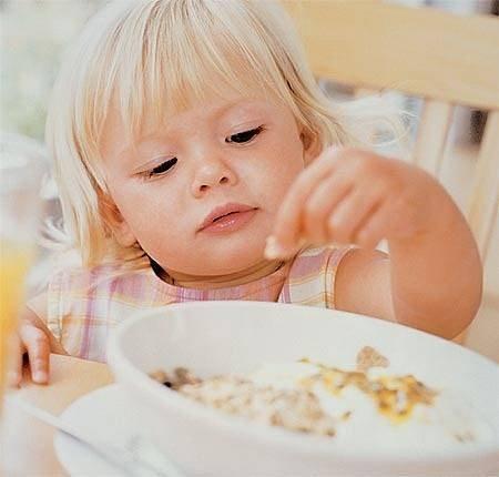 ребенок ест рисовую кашу