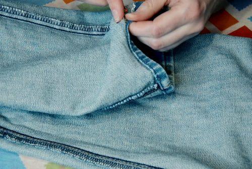Отворот джинсов снизу распарываем
