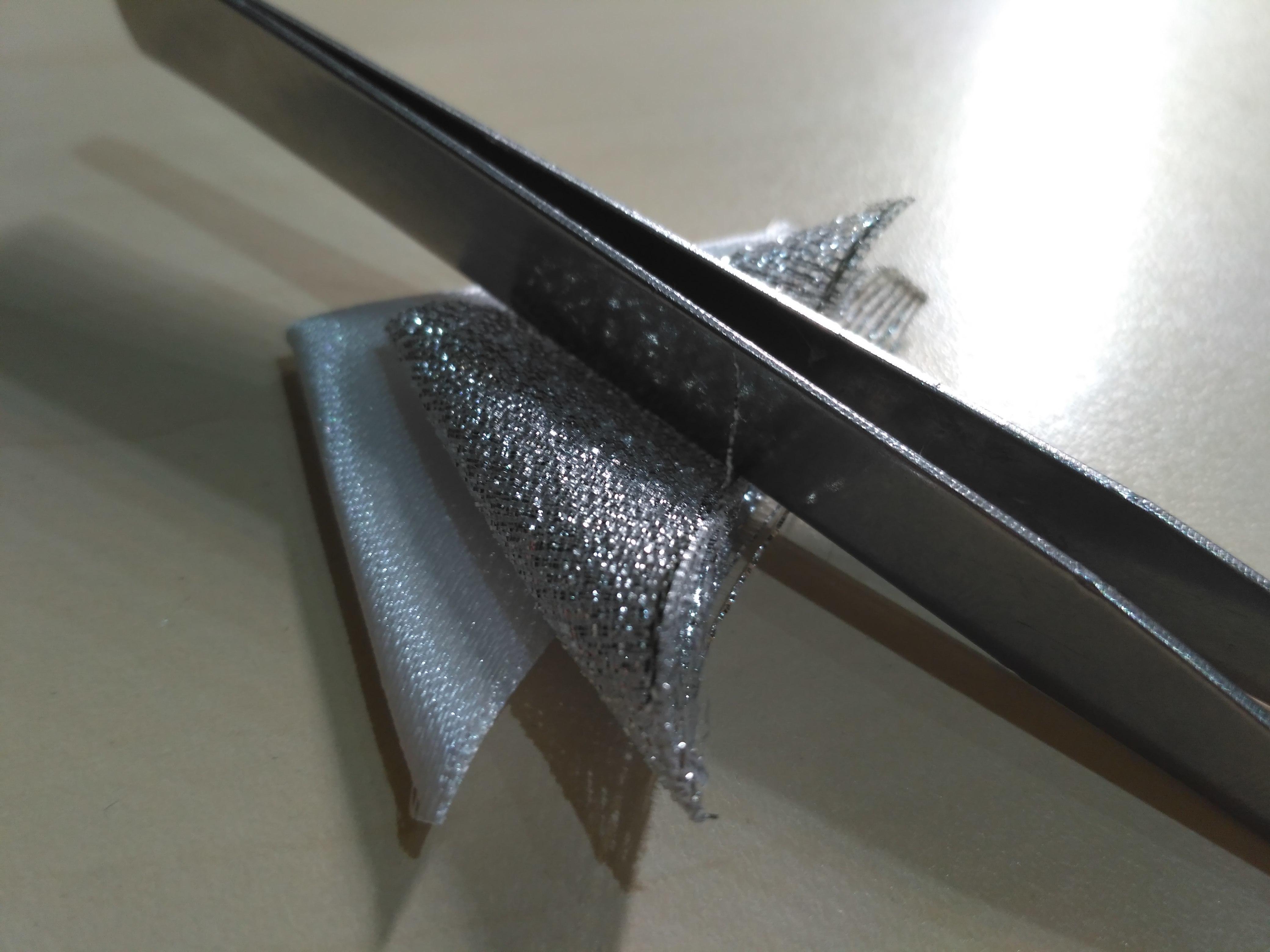 Складываем треугольники из атласной ленты и парчовой