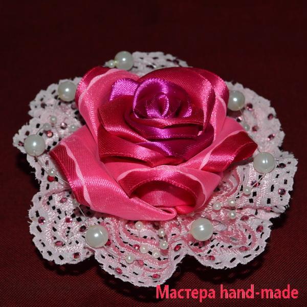 Брошь – роза из атласных лент и кружева, своими руками