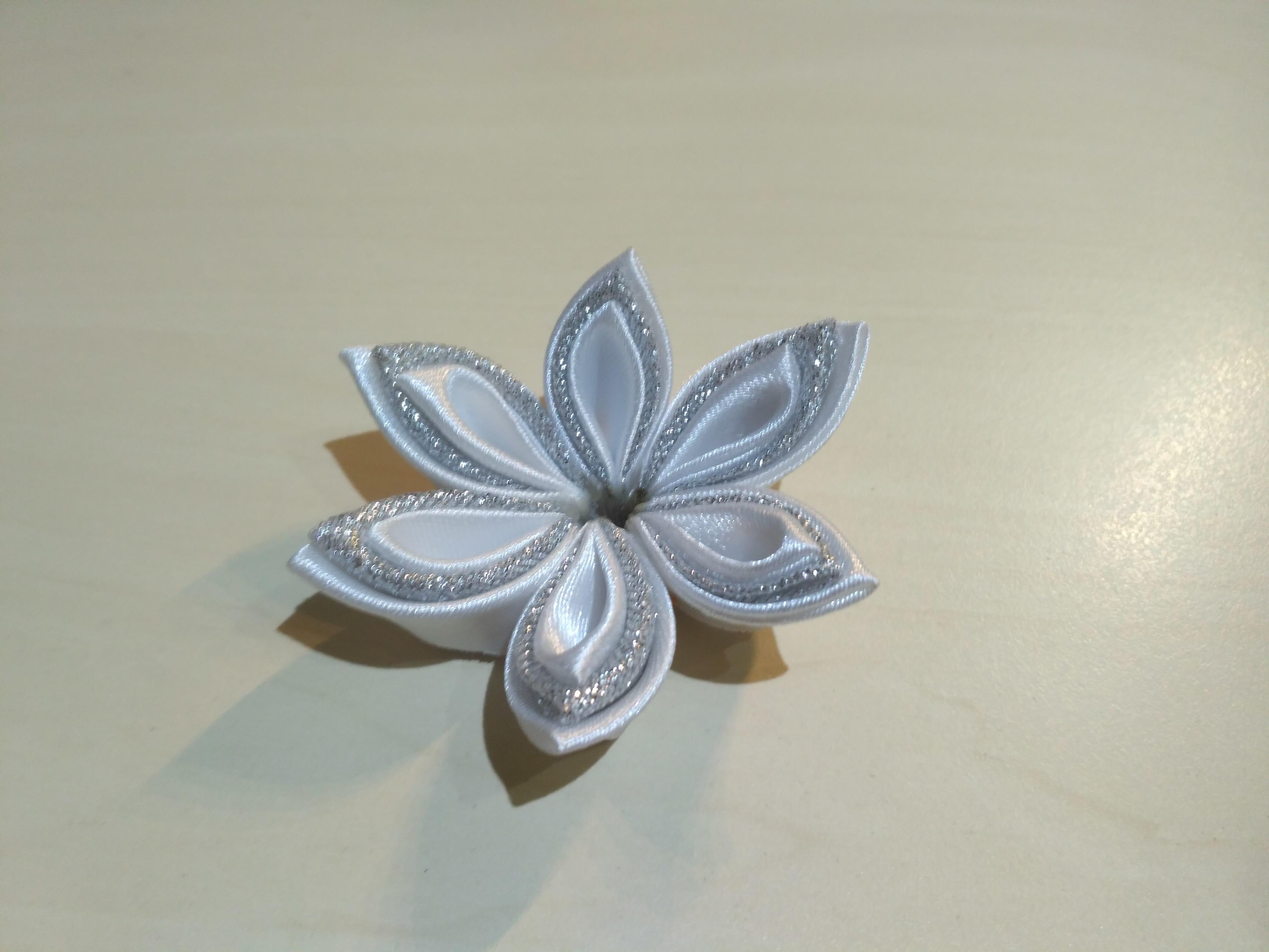 скрепляем шесть лепестков в цветок