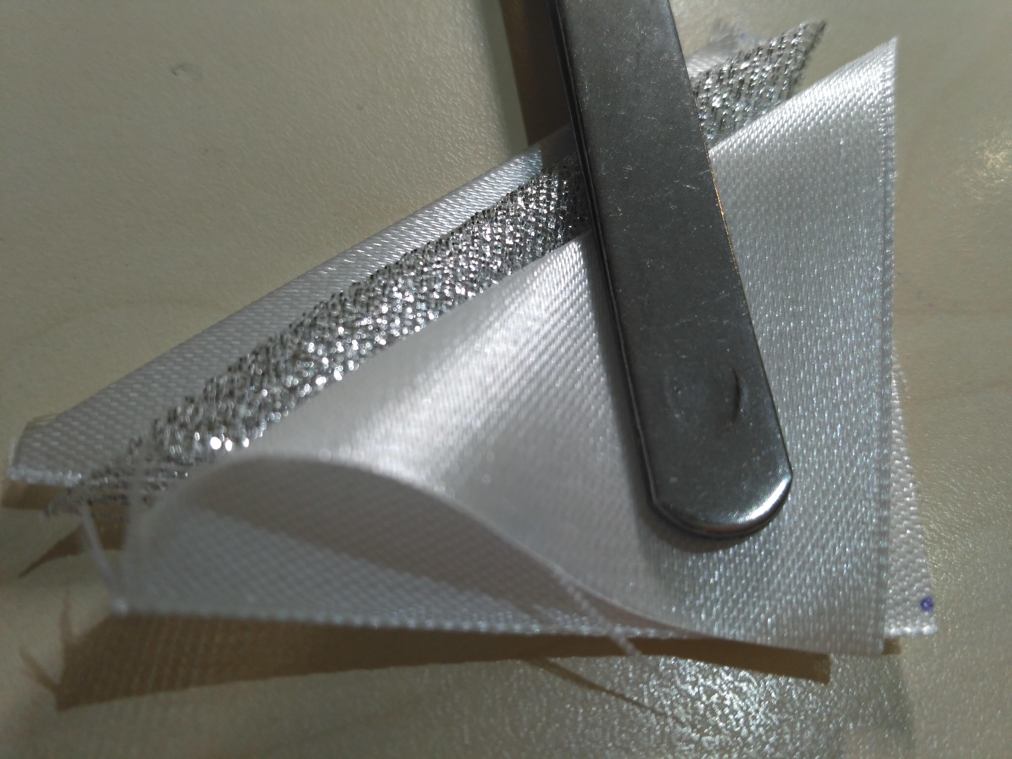 Треугольники из ленты с парчовым треугольником посреди