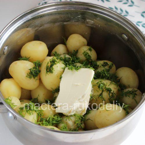 Добавляем кусочек масла в картошку