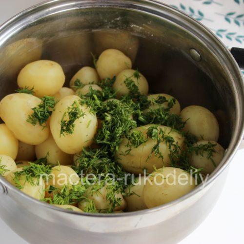 Посыпаем сваренный картофель укропом