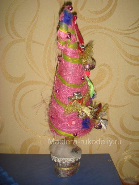 Розовая елка конусом