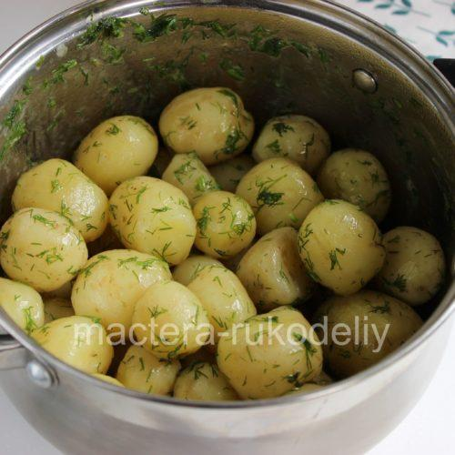 Укроп и масло равномерно покрыли клубни картофеля