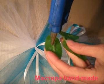 Листочки зелени на бутоньерке