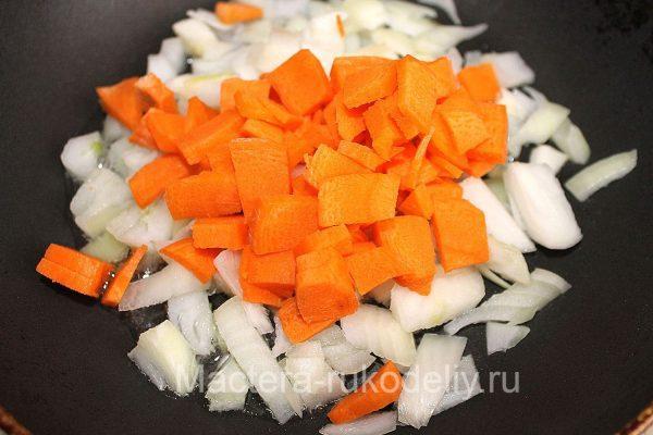 Морковь и лук на сковороде