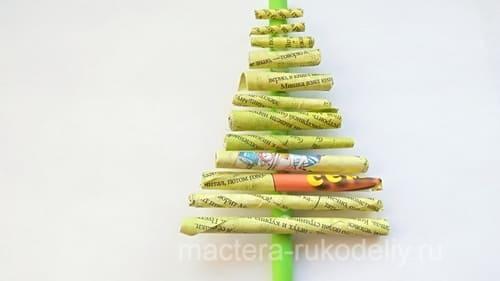 Наклеить трубочки на вертикальную зеленую трубочку-ствол