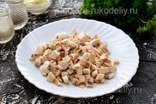 Картофельные лодочки с грибами и сыром в духовке - нарезать грибы