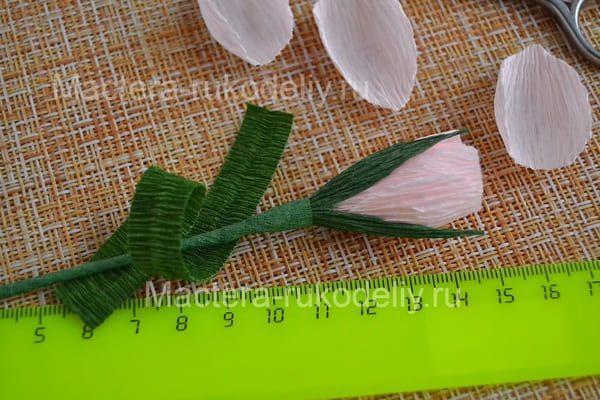 Обворачиваем стебель розы зеленой жато бумаго