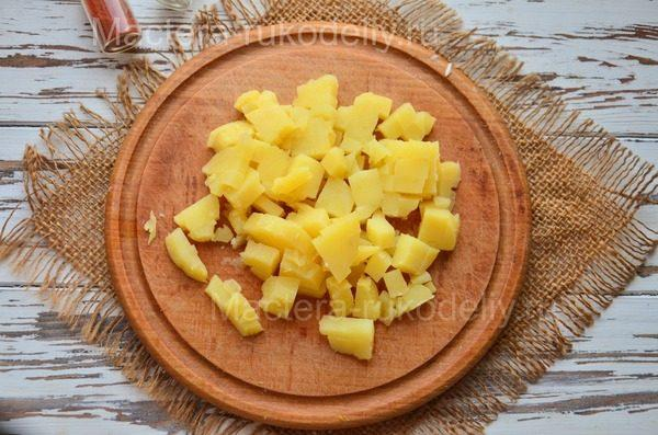В салат оливье добавляем картофель