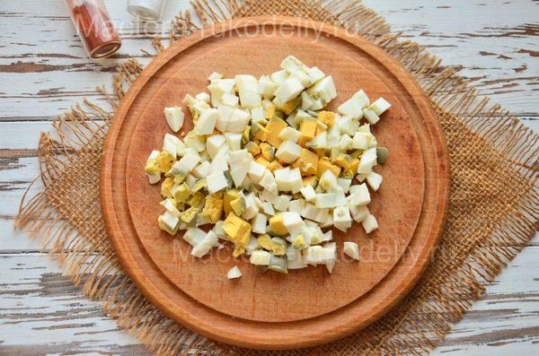 Крошим яйца к салату оливье
