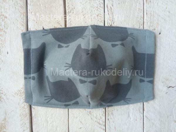 На почти готовой многоразовой медицинской маске прострочить боковые швы