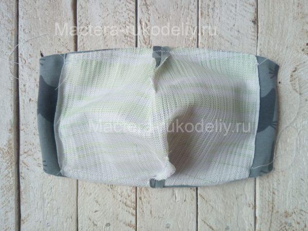На сложенных деталях защитной маски прострочить верх и низ