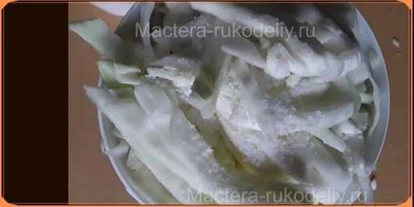 Последний слой капусту посыпаем солью