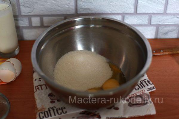 Яйца и сахар для кекса в смешать в миске