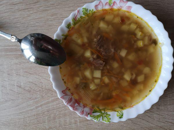 Гречневый суп в тарелке