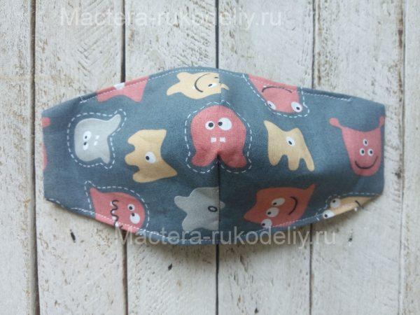 Прошить верх и низ защитной маски для детей