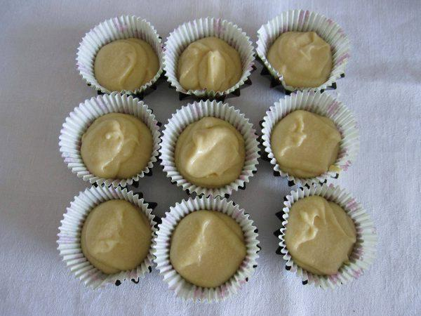 Печем маффины: выложить тесто в формы