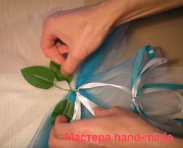 Крепим зеленые листочки к бутоньерке